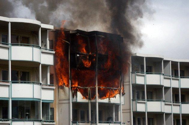 FLAMMER: Det brant kraftig fra flere leiligheter i Tulipanveien. FOTO: RB-TIPSER