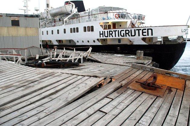 Da hurtigruten skulle legge fra kai i Mehamn dundret det inn i kaia.