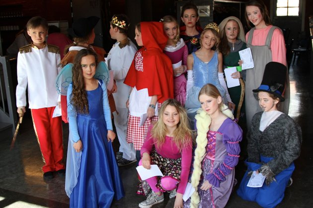 Denne gjengen fra Sjøbodteatret står på scenen fra torsdag og hele helgen, når de skal spille Den magiske boka, drømmeprinsen og jakten på en helt.