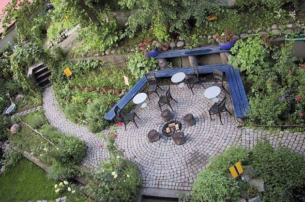Sånn kan det gjøres: Kjøkkenhage i bakgård i Fredrikstad, bygget på dugnad.