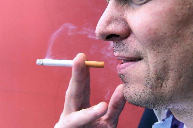 Helsedepartementets forslag om lovfestet tobakksfri skoletid må gjelde de ansatte også, ikke bare elevene, mener Norges astma- og allergiforbund.