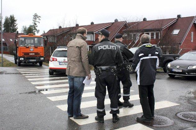 Både politi og folk fra Skatteetaten rykket ut da de fikk melding om at britiske steinleggere var i full sving på Jessheim.