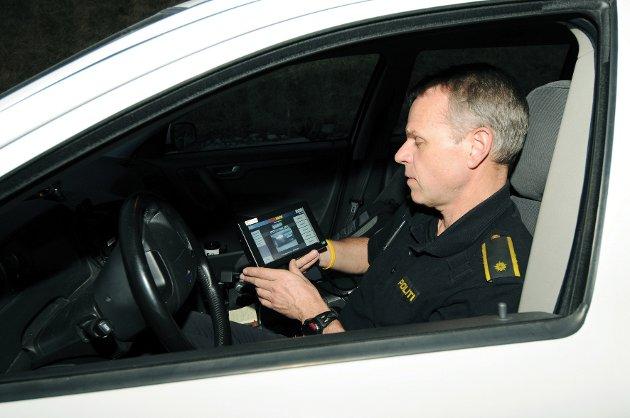 Stein Kolstad i UP får opp alle bilnummerne på en skjerm, og kan gi beskjed videre til kontrollposten dersom det er noe ureglementert.