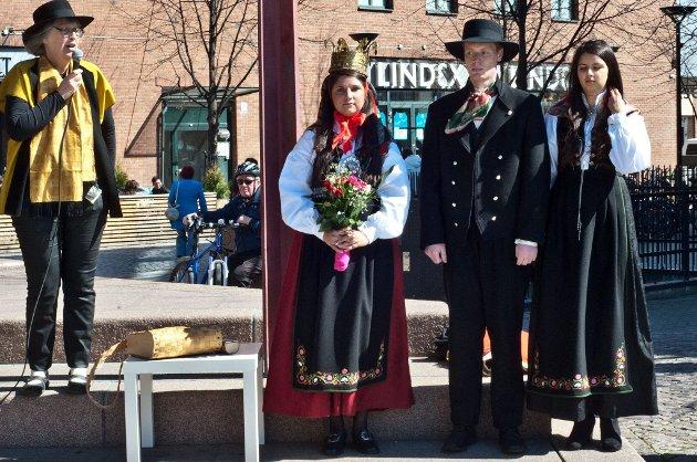 LANSERING: Galleri Godt Gjort og styreleder Torunn Syversen presenterte Østlandsbunaden. Modeller er f.v. Sangita Marie Lilleaas, Dan Even Auklend og Elisabeth Lilleaas. FOTO: VIDAR SANDNES