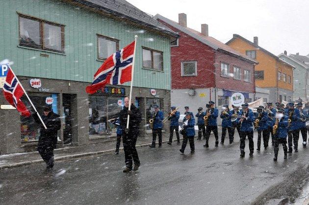 Mai bringer alltid med seg variert vær. Her fra 1. mai-toget i Honningsvåg i år.