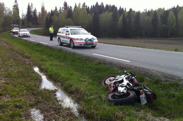 I GRØFTA: Motorsykkelen fikk store skader og lå i grøfta etter sammenstøtet med bilen. FOTO: BREDE HØGSETH WARDRUM