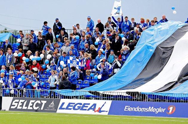Det var stor stemning på tribunene på Sarpsborg stadion under årets 16. mai-kamp. (Foto: Thomas Andersen)