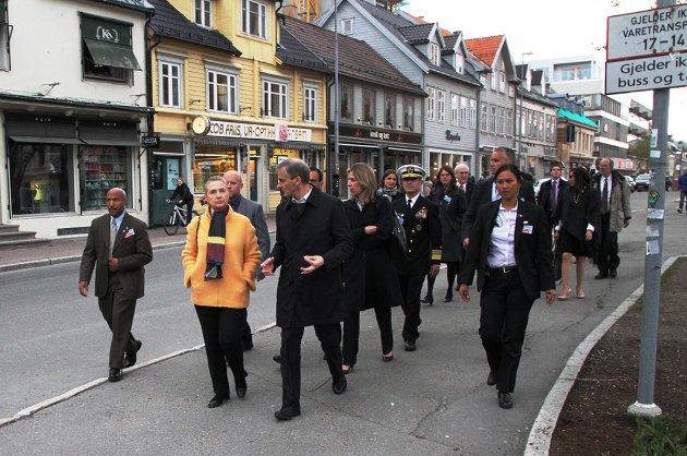 Clinton og Støre på byvandring i Tromsø i midtnattsol. 1. juni 2012