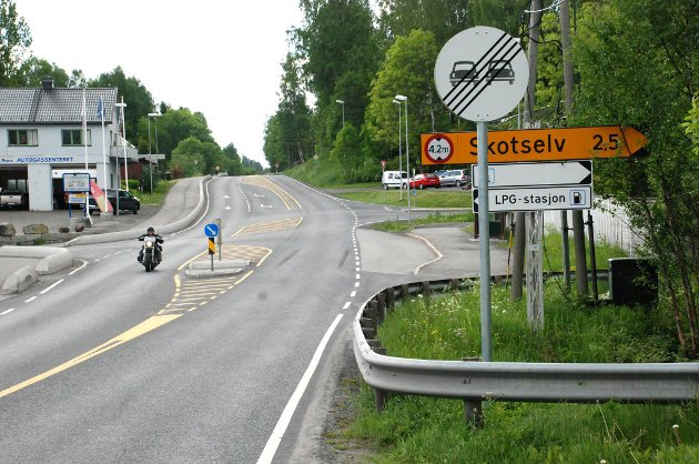 Statens vegvesen har skiltet opphør av forbikjøringsforbudet i 50-sonen rett før et kryss.