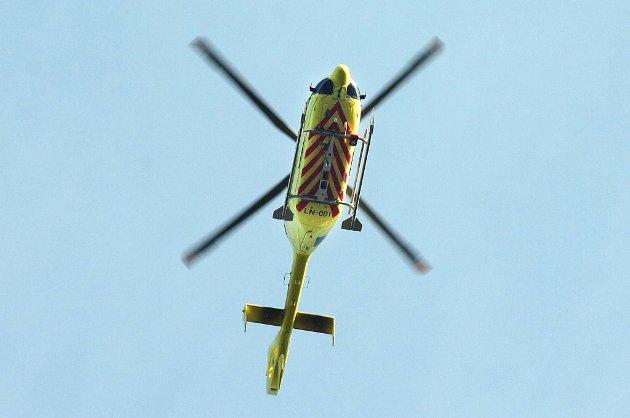Redningsdykkere fra Ålesund brannstasjon ble fløyet i ambulansehelikopter for å bistå i redningsarbeidet, skriver Sunnmørsposten.