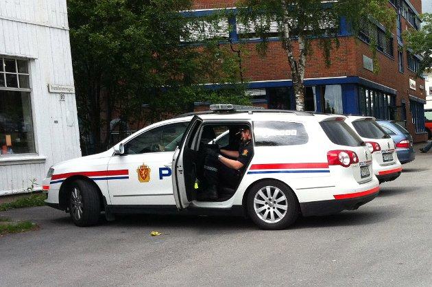 PÅGREPET: Her er tre av de siktede persone pågrepet av politiet og i ferd med å kjøres bort fra Kløfta. FOTO: BREDE HØGSETH WARDRUM