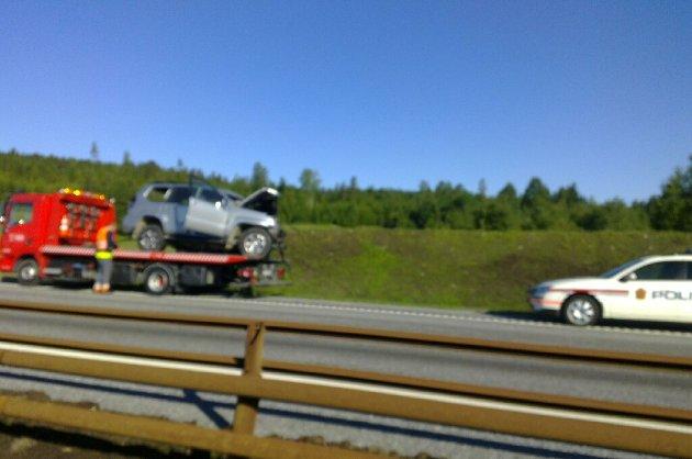 FRONT MOT FRONT: En person er omkommet etter at to biler frontkolliderte i nordgående retning på E6 ved Boksrud. Bilen som er avbildet, er ikke bilen den omkomne kvinnen kjørte, men den andre involverte personbilen. Foto: Svein Sætre