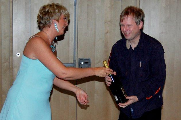 HØYTIDELIG:  June Enger, prosjektleder for sangprosjektet overrekker sangprodusent Ole Johannes Åleskjær en takk for hjelpen.