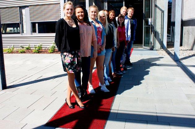 PÅ RØD LØPER: Malin Willard (18), Kamilla Olberg (18), David Haug (17), Madeleine Holtet (24), Marita Asphaug (17), Vivian Kristiansen (18), Marthe Braaten (17), Jøran Gaukelund (17) og Julie Waaler (18) var noen av elevene som var med på sang- og filmprosjektet.
