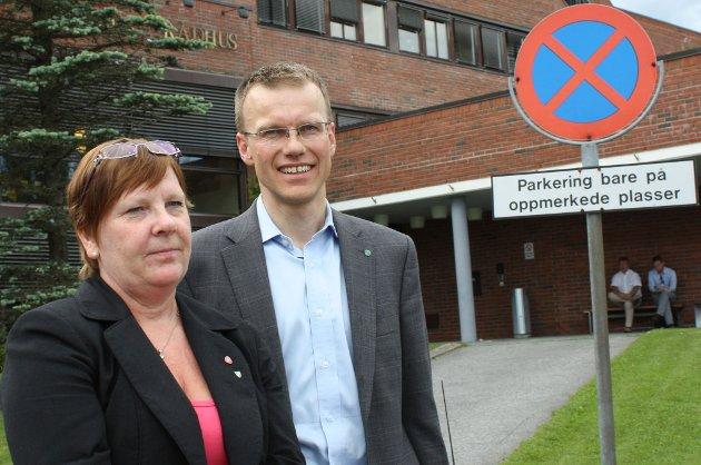 UENIGE: En glad Erik Lahnstein i samferdselsdepartementet klarte ikke å overbevise Nittedals ordfører Hilde Thorkildsen om  riksveiplanenes fortreffelighet. FOTO: RUNE BERNHUS