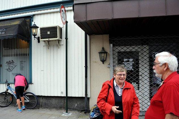 Nina Winther Larsen og Jan Granath er lattermilde, men oppgitte over kommunens plassering av dette skiltet, som varsler at man beveger seg inn i en 30-sone. Fotografen måtte bevege seg ganske langt ut i veien og nesten helt på høyde med skiltet for å få tatt bilde av det.