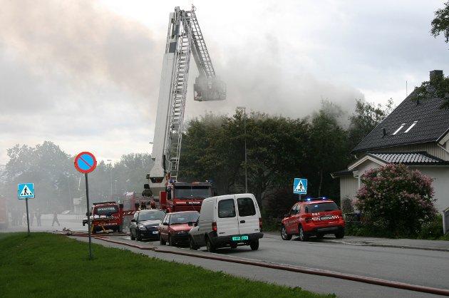 Det begynte å brenne i et bolighus i Torvgata søndag.