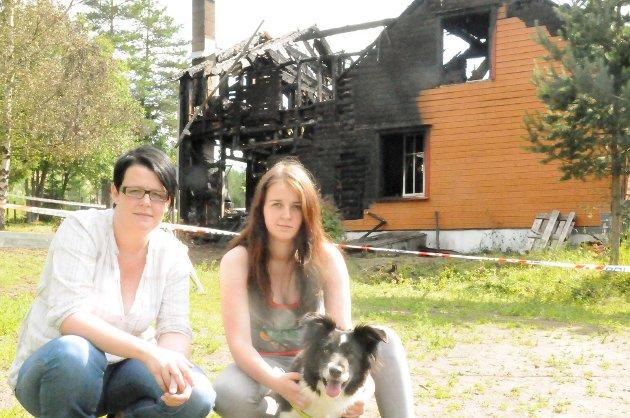 Fly reddet antagelig matmor Jane Bråthen da det begynte å brenne i boligen natt til fredag. I etterkant har Bråthens søster Silje Grønvold (t.v.) og datter Hege C. Wølner startet en aksjon for å samle inn klær og utstyr til familien.