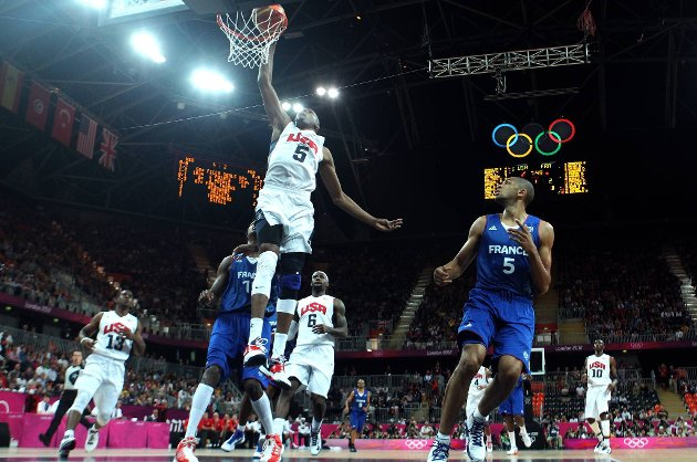 Kevin Durant smeller inn to poeng for Dream Team mot Frankrike.