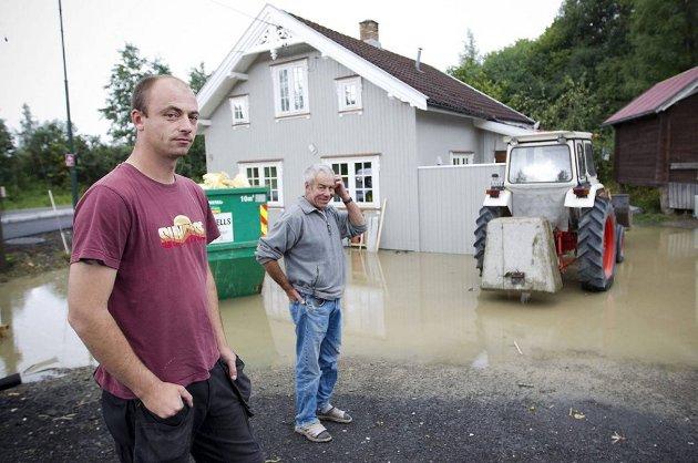 Kenneth Klever er oppgitt over at tomta nok en gang er oversvømt etter kraftig regnvær. Han og faren Steinar hadde brukt nesten ett år på å totalrenovere huset.