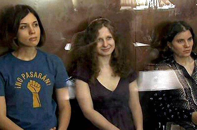 De tre bandmedlemmene Maria Aljokhina, Jekaterina Samutsevitsj og Nadezjda Tolokonnikova er dømt til to års fengsel hver for å ha framført en protestsang mot Vladimir Putin i Frelserkatedralen i Moskva i februar.