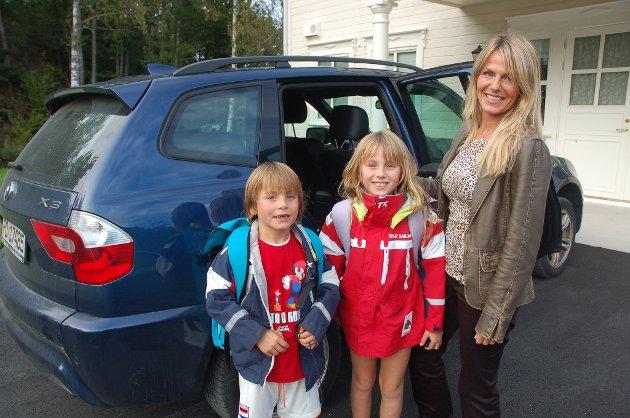 Annemarie Johannessen kommer aldri til å la barna Willem (7) og Madeline (9) stå på skolebussen. FOTO: Svein Walstad