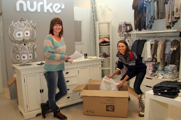 Nurke', en spesialbutikk for barneklær, er en av de nye butikkene på torsdag. Senterleder Laila Myrvang og Nurke'-innehaver Sarah Lisa Arnesen var fredag i full sving med å pakke ut varer.