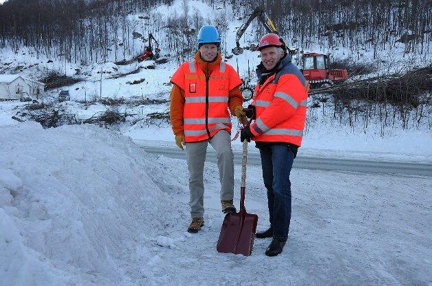 Ordfører Tore Nysæter (til venstre) og regionveisjef Torbjørn Naimak sto for den symbolske brustarten.
