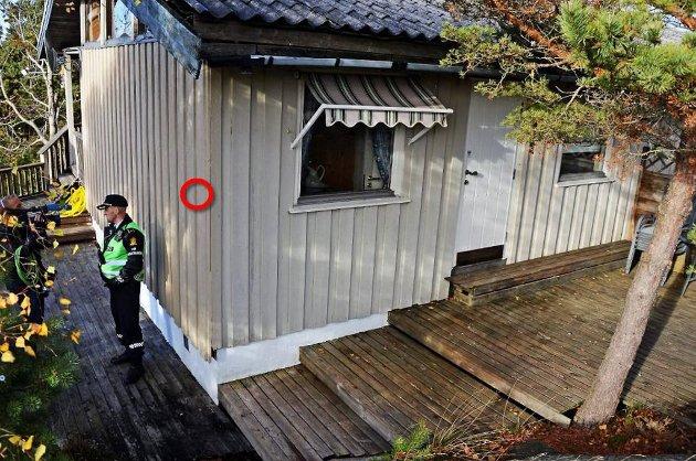 Rød sirkel: Her gikk kulen gjennom veggen. Toalettet ligger på hjørnet av huset.