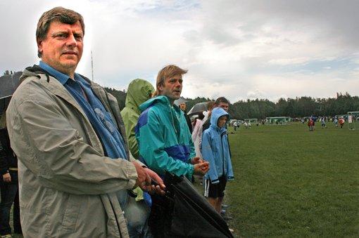 HØRER MYE RART: - Hvis man går en runde på sletta er det skremmende hvor mye rart man hører, sier Roy Nordby (t.v). Kløfta-mannen mener det er et stort behov for Foreldrevett-kampanjen under Norway Cup. Ved siden av Nordby står Bjørn-Arild Ullersmo. FOTO: TRINE MELHEIM NÆSS