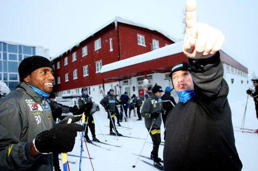 - DEN VEIEN: LSK-trener Tom Nordlie viser vei. Det skal vise seg at det ikke er nødvendig. FOTO: ROAR GRØNSTAD