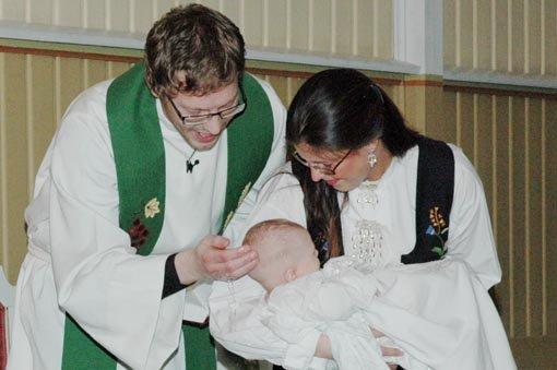 Lille Amy Marie Birkelund, båret av fadderen sin, ble det første dåpsbarnet som møtte Øyvind Remmen som formelt tilsatt sogneprest. Det ble et hjertelig møte, med smilene på plass.