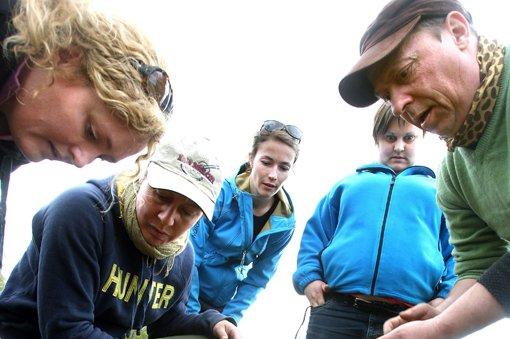 BEGEISTRING: Her oppdager Ola Rønne (t.h.) Ann Kristin Engh, Pia S. Løken og Aga Salowska branngraven ved Raknehaugen.FOTO: LISBETH ANDRESEN