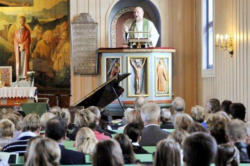Eiliv Andreas Larssen, ny sogneprest for Bjørkelangen og Setskog, talte for en fullsatt Bjørkelangen kirke under sin første gudstjeneste.
