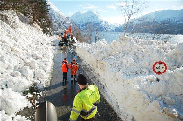 Mannskapet har en stor jobb å gjøre med å rydde Horrvikfonna. (Foto: Bodil Rød)