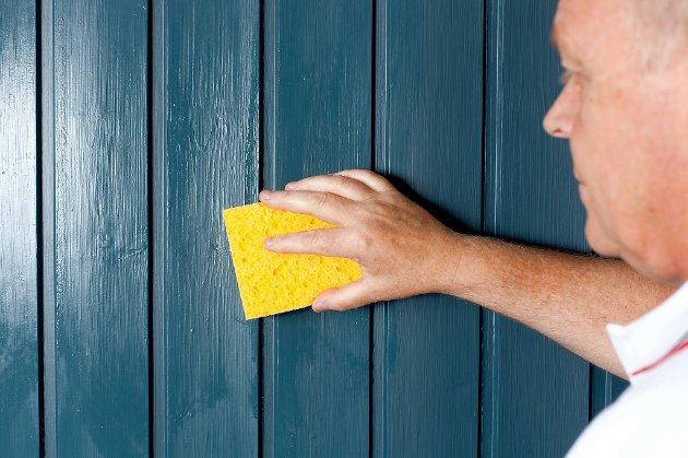 Benytt et grovgjøringsmiddel og gå over den gamle veggen med kost, klut eller - som her- svamp.