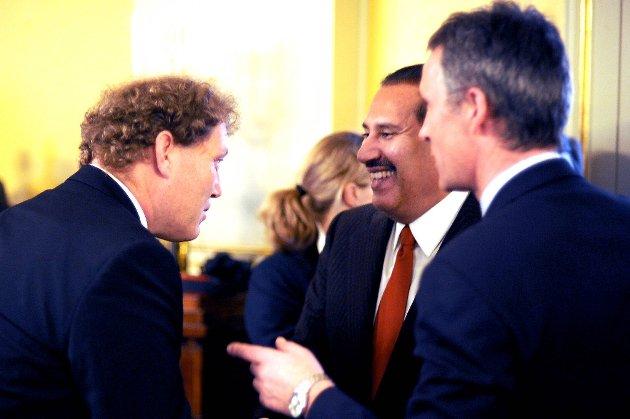 Statsminister Jens Stoltenberg og Fredrik Hauge snakker med Qatars stats- og utenriksminister Sheikh Hamad Bin Jassim Jabr Al-Thani etter signering av avtalen om storprosjektet som skal skape grønn energi i ørkenområder.