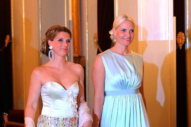 Prinsesse Märthe Louise og kronprinsesse Mette-Marit strålte på gallamiddagen på Slottet.