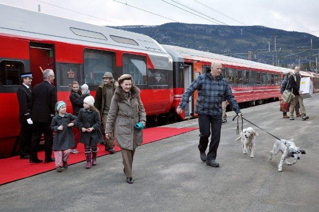 Her ankommer kongefamilien Vinstra stasjon på vei til påseopphold i Sikkilsdalen.