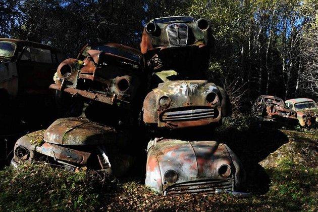 Rustne bilvrak skaper miljøbekymring.