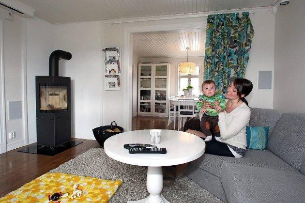 Ferdig renovert og innredet TV-stue med innebygde høyttalere, prosjektor og filmduk. Salongbordet som ble kjøpt på loppis for 250 kroner står i kontrast til den moderne sofaen.