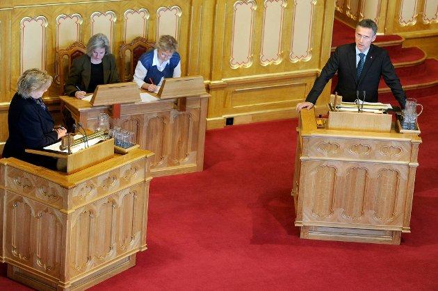 Jens Stoltenberg og Erna Solberg er nesten like store, ifølge partimålingen til Opinion Perduco for april. Med 29, 6 prosent oppslutning puster Høyre Ap i nakken. Ap faller over tre prosent og lander på 30, 6 prosent.