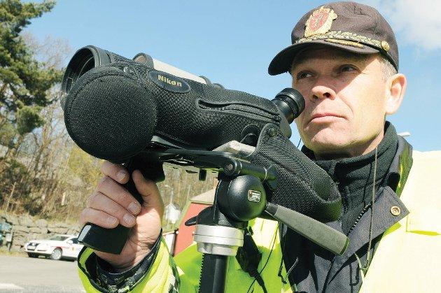 Politiførstebetjent Dagfinn Kvanneid ser mye merkelig oppførsel blant bilførerne gjennom kikkerten under kontroller.