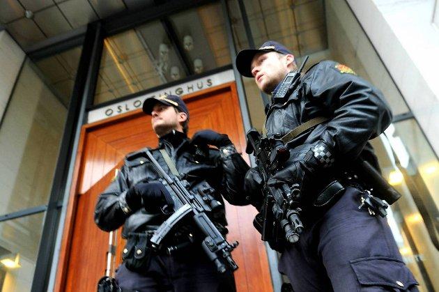 Politiet har så langt måttet bortvise ti personer fra Oslo tingrett.