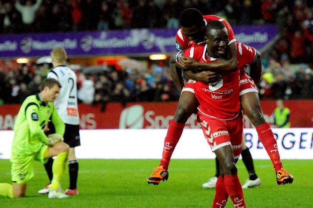 Kim Ojo feirer med lagkamerat Bentley etter å ha scoret Branns tredje mål for kvelden.