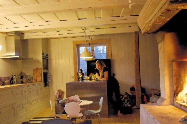 Vannbåren varme, nytt furugulv, spesiallaget kjøkken, trefiberisolasjon i veggene og pustende linoljemaling på veggene. Renate Winther Ravnaas og Eira trives på kjøkkenet.