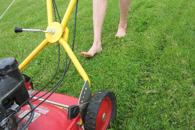 Nei, nei! Skal du klippe plenen, må du på med skoene, slik at du slipper unødvendig skader.