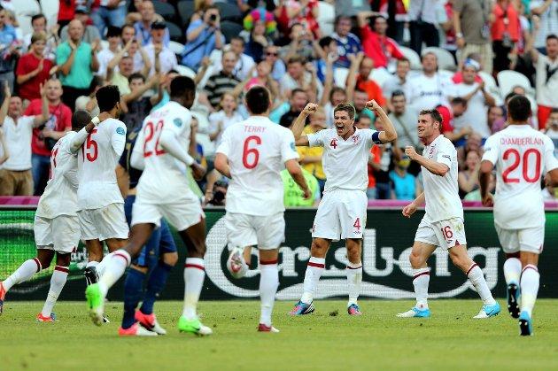 England-kaptein Steven Gerrard og resten av laget feirer målet mot Frankrike etter 30 minutter inn i kampen.