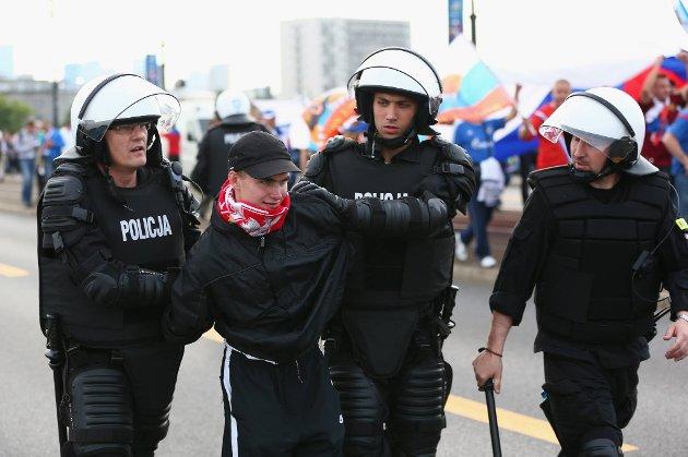 En polsk supporter blir arrestert i forkant av EM-oppgjøret mellom erkerivalene Polen og Russland tirsdag kveld.