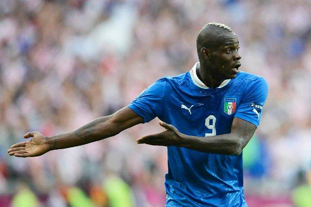 Opptil 500 supportere skal under Kroatias kamp mot Italia torsdag ha kommet med rasistisk hets mot  Mario Balotelli.